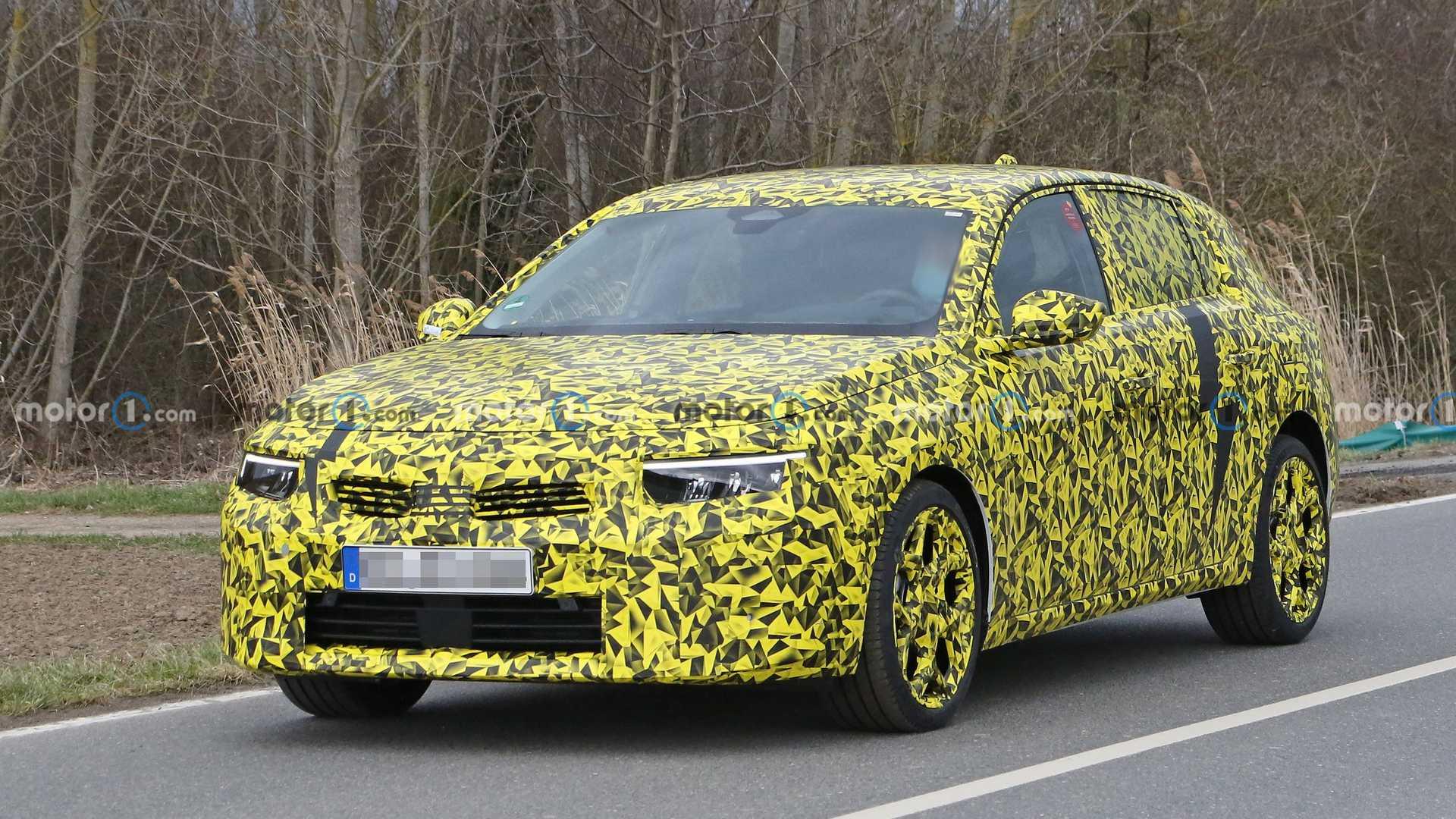 Nuova Opel Astra, le prime foto spia con una livrea insolita