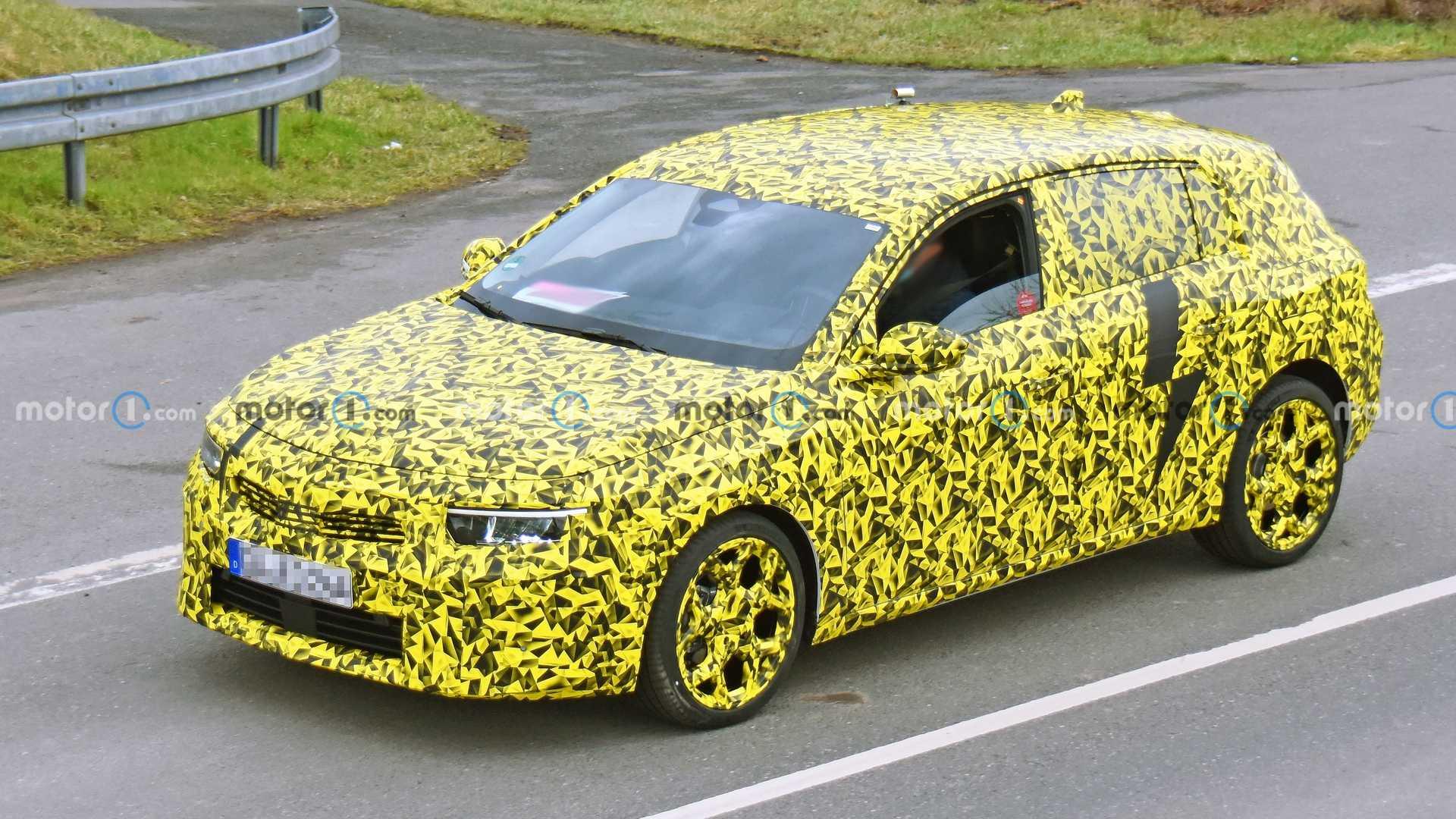 Nuova Opel Astra, le foto spia dell'ibrida plug-in