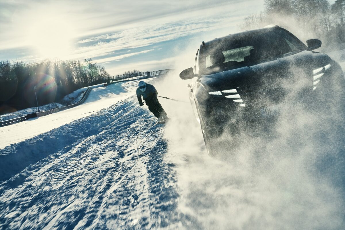 Hyundai Tucson e i20 Coupe WRC traiano uno sciatore professionista sulla neve: video, skijoring