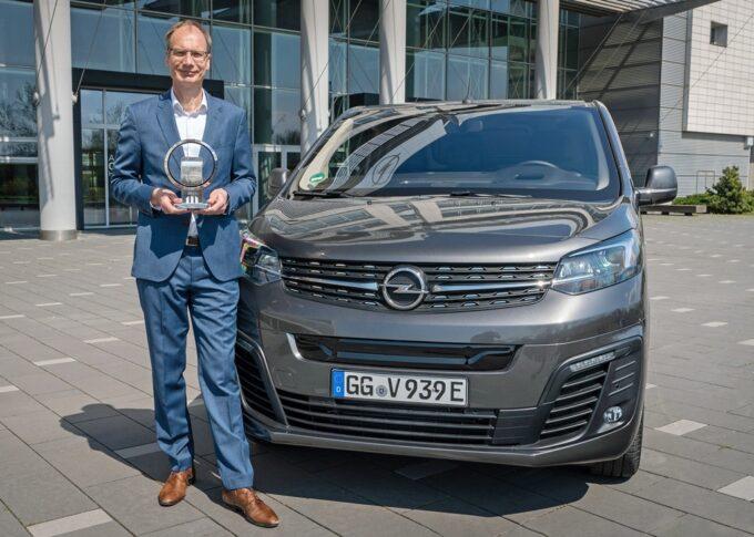 Opel Vivaro-e, il CEO Lohscheller riceve il premio Van of the year 2021 assegnato al veicolo elettrico